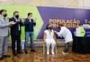Enfermeira primeira a ser vacinada contra covid-19 no Paraná
